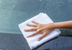 Coche que se lava de la mano de la muchacha Foto de archivo libre de regalías