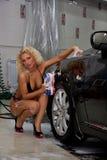 Coche que se lava de la muchacha atractiva Foto de archivo libre de regalías