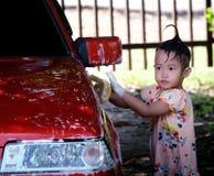 Coche que se lava de la muchacha feliz Foto de archivo libre de regalías