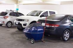 Coche que se lava en el estacionamiento Imagenes de archivo