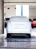 Coche que se lava en el servicio del Car-wash Imagen de archivo libre de regalías