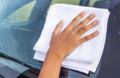 Coche que se lava II de la mano de la muchacha Imagenes de archivo