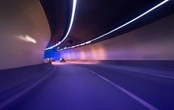Coche que se mueve en túnel foto de archivo libre de regalías