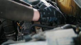 Coche que se prepara para reparar - taller mecánico del garaje, pequeña empresa almacen de metraje de vídeo