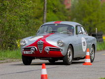 Coche que viaja Alfa Romeo de la raza de la vendimia Imágenes de archivo libres de regalías