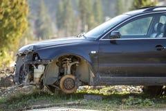 Coche quebrado oxidado abandonado viejo de la basura después del accidente del desplome sin las ruedas en los sellos de madera cu fotografía de archivo