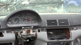 Coche quebrado, tablero destruido, rueda y parabrisas, daño del accidente metrajes