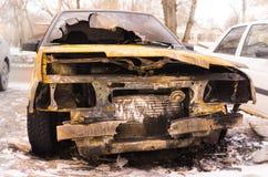 Coche quemado después del incendio provocado Foto de archivo libre de regalías