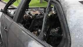 Coche quemado en la calle almacen de metraje de vídeo