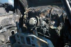 Coche quemado en sitio de accidente fotos de archivo