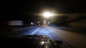Coche rápido en el camino de la noche almacen de metraje de vídeo