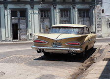 Coche restaurado adentro en Havana Cuba Fotos de archivo libres de regalías