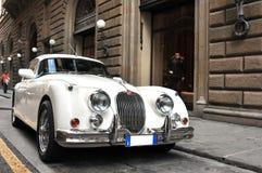 Coche retro blanco de Jaguar en las calles de Italia Foto de archivo