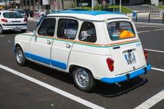 Coche retro de la ciudad de Renault 4 blancos, vista posterior fotografía de archivo libre de regalías