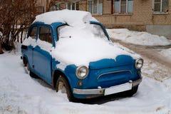Coche retro debajo de la nieve Imagen de archivo libre de regalías