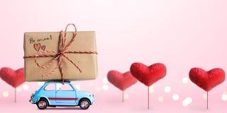 Coche retro del juguete con el corazón de la tarjeta del día de San Valentín Fotografía de archivo libre de regalías
