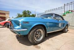 Coche retro Ford Mustang Convertible 1967 años Imagenes de archivo
