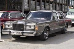 Coche retro Lincoln Town Car Foto de archivo libre de regalías