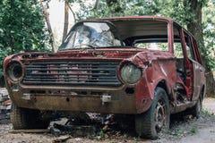 Coche retro oxidado abandonado roto viejo Fotografía de archivo libre de regalías