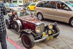 Coche retro parqueado en la calle de Hollywood Boulevard Fotografía de archivo