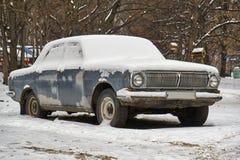 Coche retro soviético Volga abandonado en la calle Imagenes de archivo
