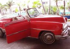 Coche rojo del cubano de los años 50 Fotografía de archivo