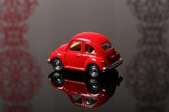 Coche rojo del escarabajo del juguete Fotos de archivo