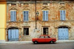 Coche rojo en la calle italiana Imagen de archivo libre de regalías