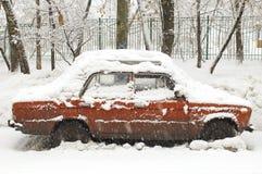 Coche rojo en nevadas Fotografía de archivo libre de regalías