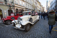 Coche rojo histórico famoso Praga en la calle de Praga Imagenes de archivo