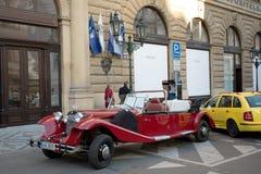 Coche rojo histórico famoso Praga en la calle de Praga Foto de archivo