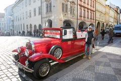 Coche rojo histórico famoso Praga en la calle de Praga Fotos de archivo