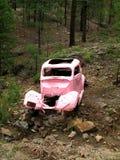 Coche rosado antiguo en el camino rosado del coche, cerca del Prescott, AZ Imagen de archivo libre de regalías