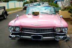 Coche rosado del taxi de Cadillac Imágenes de archivo libres de regalías