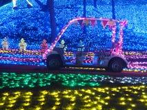Coche sin el conductor e iluminaciones del invierno en parque japonés de la flor imagenes de archivo