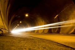 Coche solitario que se mueve rápidamente en túnel Imágenes de archivo libres de regalías