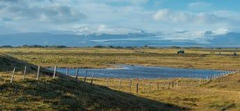 Coche solo con el fondo de la montaña del pequeño lago y de la nieve Imagen de archivo