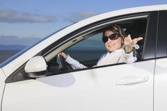 Coche Sonrisa feliz del conductor de la mujer Fotografía de archivo libre de regalías