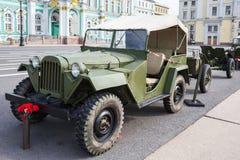 Coche soviético GAZ-67 en la acción militar-patriótica en el cuadrado del palacio, St Petersburg Imagenes de archivo