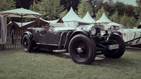 Coche SSK del descapotable de la obra clásica del automóvil descubierto 1927 de Mercedes-Benz almacen de metraje de vídeo