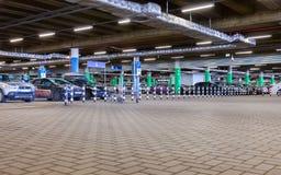 Coche subterráneo que parquea la alameda de compras mega Imagen de archivo libre de regalías