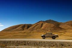 Coche SUV en el fondo de las montañas Fotografía de archivo libre de regalías