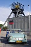 Coche Trabant del vintage delante de la torre histórica de la elevación Fotografía de archivo libre de regalías