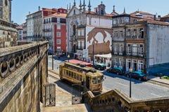 Coche tradicional de la tranvía en Oporto céntrico Foto de archivo