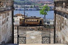 Coche tradicional de la tranvía en Oporto céntrico Foto de archivo libre de regalías