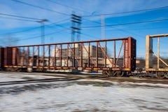 Coche vacío rápido de la madera de construcción a través de pistas ferroviarias Imágenes de archivo libres de regalías