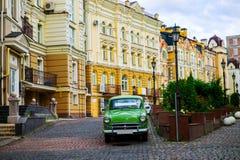 Coche verde del vintage en la calle en Ucrania fotos de archivo
