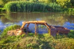 Coche viejo abandonado en agua Fotografía de archivo