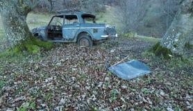Coche viejo abandonado, tablero de instrumentos y volante Imagenes de archivo