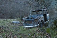 Coche viejo abandonado, tablero de instrumentos y volante Foto de archivo